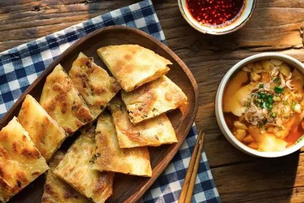 只用平底锅,在家也能做极品葱油饼