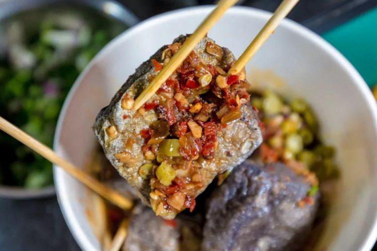 广州这个摆了10年的臭豆腐走鬼档,你吃过么